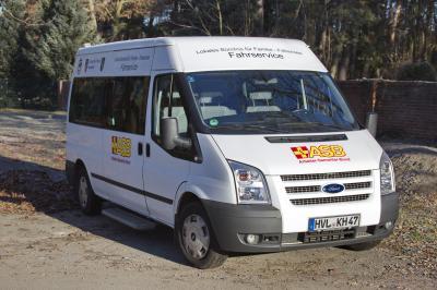 Unser Bild zeigt den Bus mit der Aufschrift Fahrservice, für den ehrenamtliche Fahrer gesucht werden.