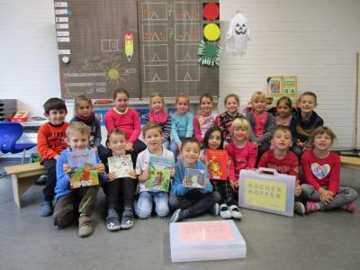 Grundschulkinder freuen sich auf das gemeinsame Lesen zu Hause