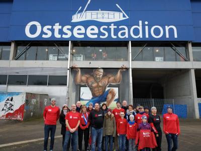 Das Foto zeigt die Teilnehmer nach dem Fußballspiel, direkt vor dem Stadion. Foto: SC Laage