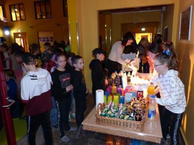 Die Getränke an der Bar verkauften Julia, Hannah, Greta und Mia. I Foto: Elblandgrundschule