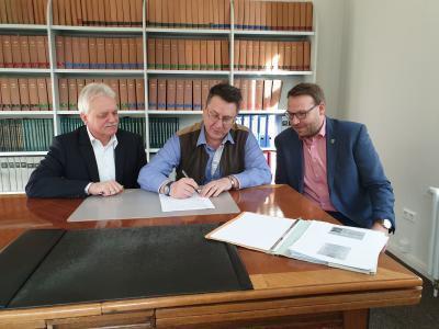 Marientals Gemeindedirektor Friedrich Rietz und Bürgermeister Fred Worch mit Samtgemeindebürgermeister Gero Janze (von links)