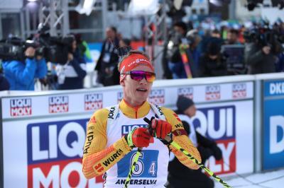Benedikt Doll im Ziel nach der Mixed-Staffel bei der Biathlon Weltmeisterschaft in Antholz - Bild: Hahne