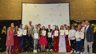 Vorschaubild zur Meldung: Neuner und Zehner der Ludwig-Uhland-Schule zaubern in Rekordzeit eine außergewöhnliche Abschlussfeier aus dem Hut