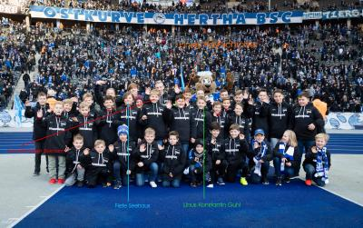 Fotoagentur citypress | Gruppenbild mit allen Spalier- und Fahnenkindern am Brandenburg-Spieltag im Olympiastadion Berlin.