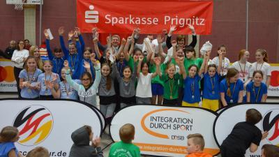 Jubel bei den Gewinnerinnen des Auftaktturniers der diesjährigen Sparkassen Fairplay Soccer Tour I Foto: Martin Ferch
