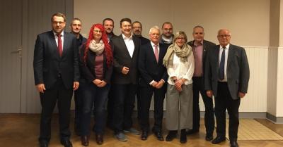 Anja Oertel (Dritte von links) und Friedrich Rietz (Fünfter von rechts) inmitten der Ratsmitglieder von Mariental.