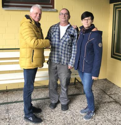 Gemeindedirektor Rietz und Platzwartin Bettina Schmidt freuen sich zusammen mit Michael Nettelbeck (Mitte).