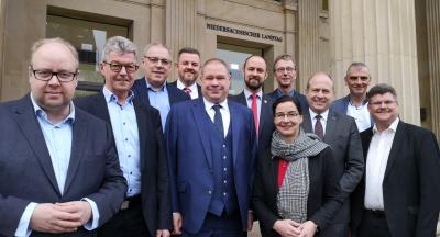 Das Foto zeigt die beiden Landtagsabgeordnete Koch und Domeier mit den Hauptverwaltungsbeamten vor dem Landtag. (Foto: Wahlkreisbüro Veronika Koch)