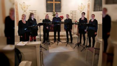 """Das Vokalensemble """"Diapasón"""" mit (von links) Katharina Richter (Sopran), Sarah Benkißer (Alt), Peter Schmid (Tenor), Stephan Bauck (Bass), Harald Ilg (Tenor), Sünje Groß (Alt) und Ute Dreher (Sopran) spielt zum Zehnjährigen des Hospizvereins. (Foto: Annette Rösler)"""
