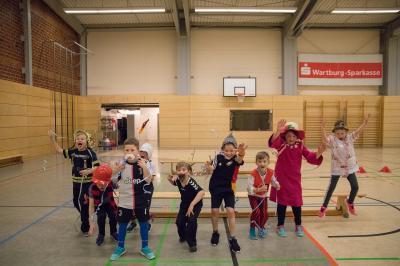 Foto zur Meldung: buntes Training bei den Handballkindern