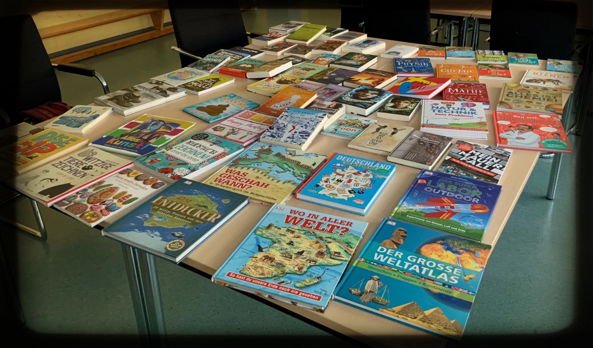 Bild der Meldung: Neue Bücher für die Bücherei/ Bald gibt es bei uns Antolin