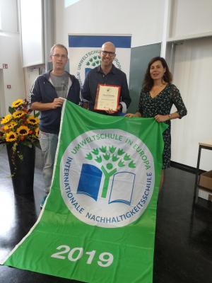 Herr Schäfer und Herr Helmer nehmen die Auszeichnung entgegen