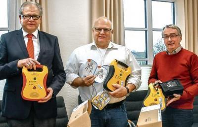 Mit neuen Defibrillatoren für Zetel (von links): Heiner Lauxtermann, Jens-Olaf Fianke und Detlef Kant.  Bild: Gösta Berwing