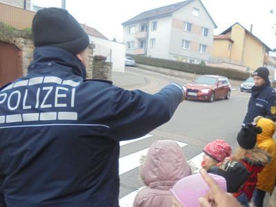 Foto zu Meldung: Die Verkehrspolizei besucht den Kindergarten Pfarracker