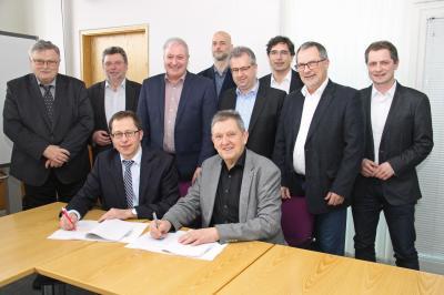 Foto zur Meldung: Breitbandausbau - Vertragsunterzeichnung zwischen Landrat Hermann Hübner und der Deutschen Telekom