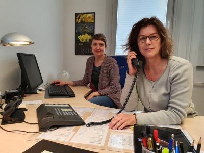 Hilfe am Telefon: Das Beratungsstellenteam um Pia Eckmann (rechts) und Lilli Kindsvater ist weiterhin erreichbar.