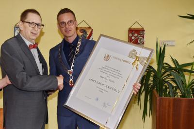 Sichtlich bewegt, bedankte sich der Geehrte bei den Gemeinderäten und Bürgermeister Holger Bezold. Er habe es gar nicht glauben können, als er die Einladung bekam. Er sprach seinen Dank aus an alle, die ihn unterstützt haben, besonders auch seiner Familie.