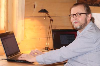 Fachlehrer Karsten Zielke koordiniert in der Zeit der Coronavirus-Pandemie den Unterricht aus seiner historischen Blockstube.