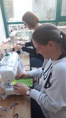 Foto zur Meldung: Kita Abenteuerland in Hesseldorf näht Mundschutzmasken für die Main-Kinzig-Kliniken