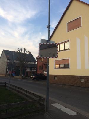 Foto zur Meldung: Bauhof montierte Verkehrsspiegel: Kreuzung Ziegenhainer Straße/Zur Hohle