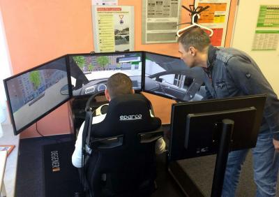 Mit dem Fahrsimulator lernen die Fahrschüler bei Rainer Liedtke (r.) zu-nächst Schalten und Gucken, bevor sie auf die Straße gehen. Quelle: Fahrschule Kienitz (Prignitz Express)