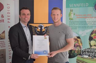 Über die Urkunde zum Siegel Kommunale IT-Sicherheit freuen sich Sennfelds Bürgermeister Oliver Schulze (links) und der IT-Spezialist im Rathaus, Niklas Reuß (rechts).