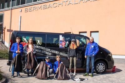 Foto zur Meldung: Juliane übergibt Skisprunganzüge an WSC Nachwuchs