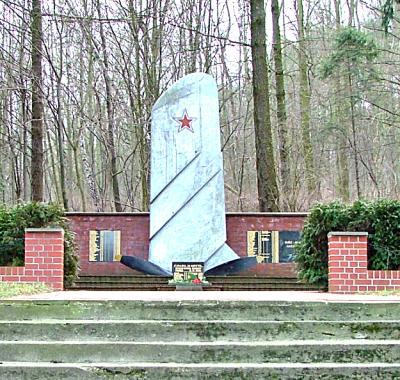 Foto zur Meldung: 75 Jahre Befreiung vom Faschismus - Das Fliegerdenkmal in Buckow
