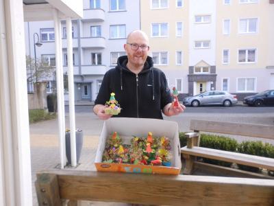 Hortleiter Tobias Wabnitz übergab die Osterdekorationen I Foto: Kerstin Meierholz
