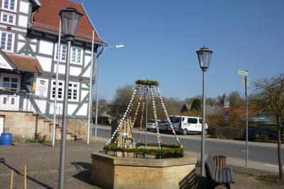 Osterbrunnen vor dem Rathaus Ottrau