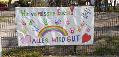 Die Kinder aus der Notbetreuung der Kindertagesstätte Ochsengrund haben gemeinsam mit den Erzieherinnen und Erziehern ein Plakat gestaltet. © Kita Ochsengrund/Gemeinde Nauheim