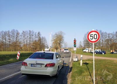 Foto zur Meldung: Eine Ampel regelt den Verkehr auf der B 189 bei Kemnitz