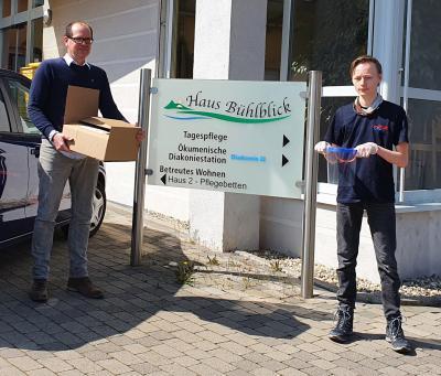 Linus übergibt die Face-Shields an Verwaltungsleiter Tobias Stein. Foto: Feuerwehr
