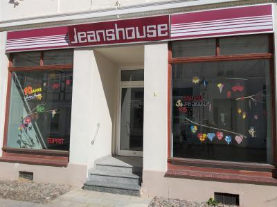 Stadt Perleberg | Hort Piccolion gestaltet Schaufenster in der Bäckerstraße
