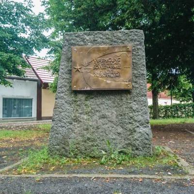 Feldstein mit der Erinnerungstatel auf dem Ketziner Marktplatz, Foto: unbekannt