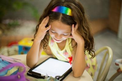 Viele Kitas bleiben mittels digitaler Medien mit den daheimgebliebenen Kindern während der Corona-Schließzeiten in Kontakt. © Patricia Prudente on Unsplash