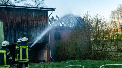 Bild der Meldung: Dachstuhlbrand der alten Wassermühle in Lüllau löste Großalarm für die Feuerwehren aus