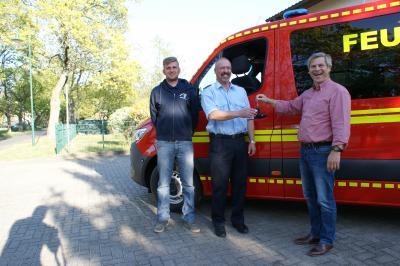 Foto zu Meldung: Bürgermeister übergibt Fahrzeug an Feuerwehr Damsdorf