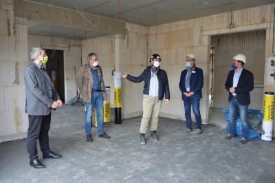 von links: Bürgermeister Dr. Oliver Hermann, Dr. Torsten Bock, Architektin Bettina Meineke, Stephan Michelis und Olaf Glomke im zukünftigen Esszimmer der Hospizeinrichtung I Foto: Martin Ferch