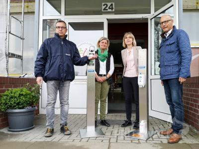 Foto zur Meldung: Pritzwalker Unternehmer übergab fünf Hygieneständer