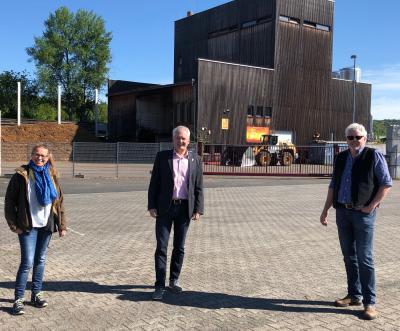 v.l. Christine Bräuer, Prokuristin Stadtwerke Wächtersbach, Bürgermeister Andreas Weiher, Jörg Lotz, Geschäftsführer der Bioenergie Wächtersbach