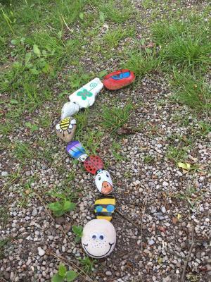 Foto zur Meldung: Liebe Schüler, lasst auch unsere Stein-Schlange wachsen!