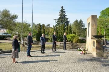 Foto zur Meldung: 75 Jahre Kriegsende, 75 Jahre Frieden: Kranzniederlegung in OSL