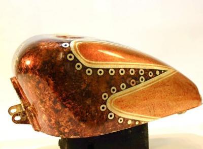 Custom-Design von Marco Stolz mit spezifischer Oberflächenbearbeitung
