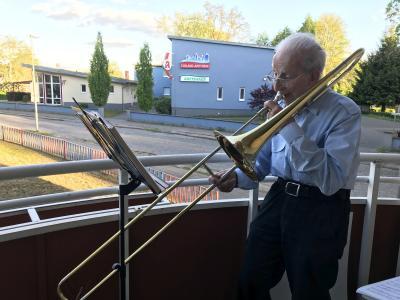 Hans Hellriegel spielt allabendlich Posaune auf seinem Balkon  I Foto: Martin Ferch