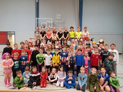 Bunte Sportlergruppe der 1. und 4. Klassen
