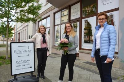 Constanze Stehr (r) und Gabriele Hahn (l) gratulierten Lorén Kuhn zur Eröffnung I Foto: Martin Ferch