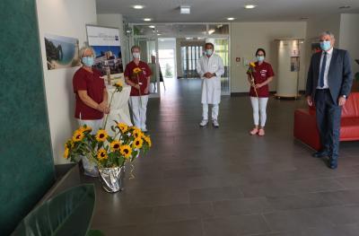 Dr. Reinhold Ostwald, Ärztlicher Direktor Evang. Krankenhaus Dierdorf/Selters (3. v. r) und der KHDS-Geschäftsführer Guido Wernert (re.) bedankten sich bei den Pflegekräften der Klinik für ihr Engagement