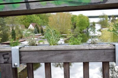 frisch bepflanzte Blumenkästen an Peter-Lübke-Brücke; Quelle: Familie Burton