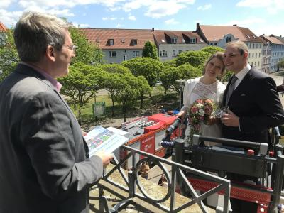 Bürgermeister Dr. Oliver Hermann gratulierte dem Brautpaar I Foto: Martin Ferch